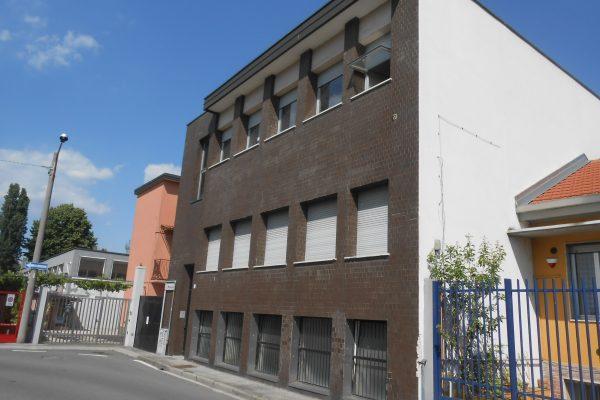 Rozzano (MI) vendesi capannone con uffici di Mq. 560 totali