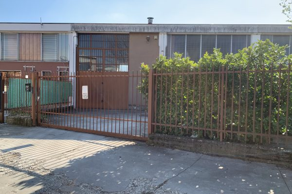 Pieve Emanuele (MI)  vendesi capannone Mq. 220 oltre cortile fronte e retro