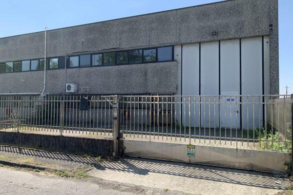Opera (MI) vendesi capannone Mq. 346 oltre cortile
