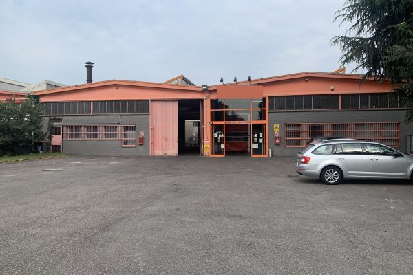 Rozzano (MI) affittasi capannone Mq.2000 con cortile Mq. 2000